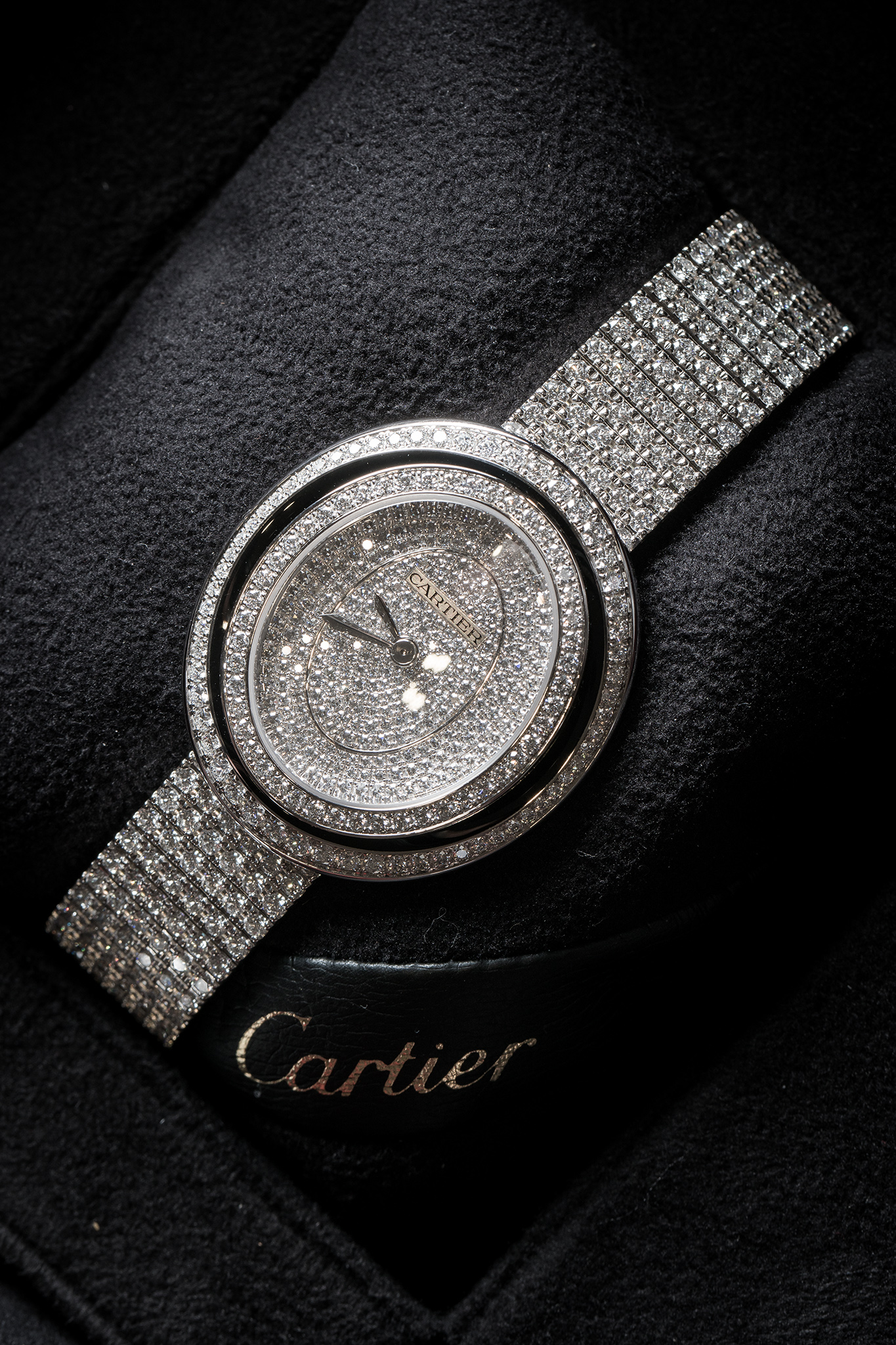 The eye-catching replica Cartier Hypnose HPI01049 watches are paved with diamonds.