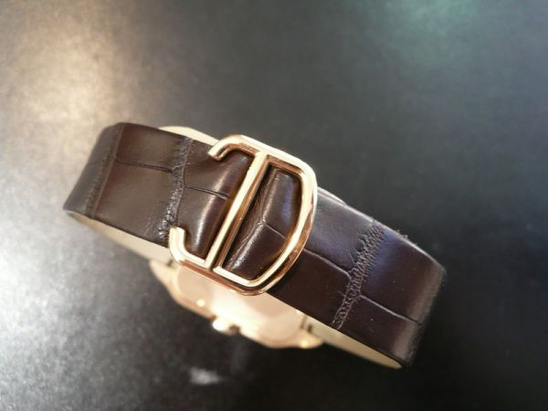 The well-designed copy Santos De Cartier Santos-Dumont W2020067 watches have brown leather straps.