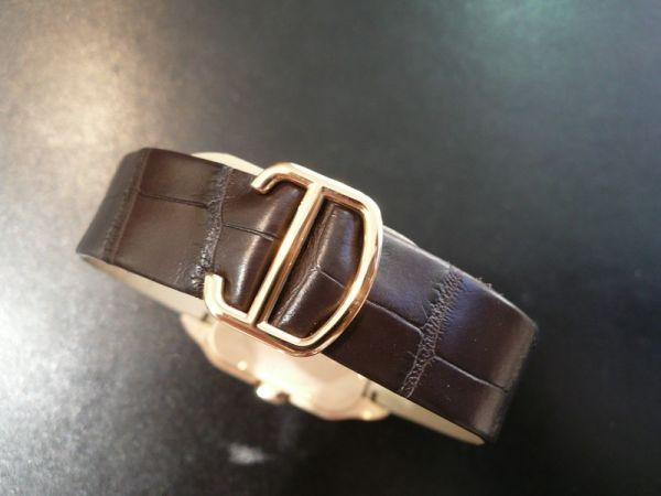 The well-designed copy Santos De Cartier Santos-Dumont W2020067 watches have brown leather straps.