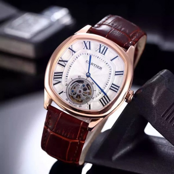 The silver-plated dials copy Drive De Cartier W4100013 watches have silver-plated dials.